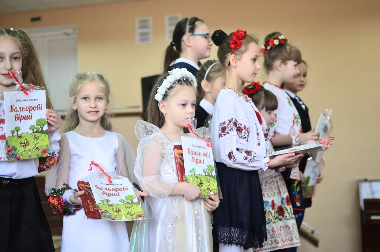 Фото 21 Людмила Коваль презентувала книгу «Кольорові вірші»